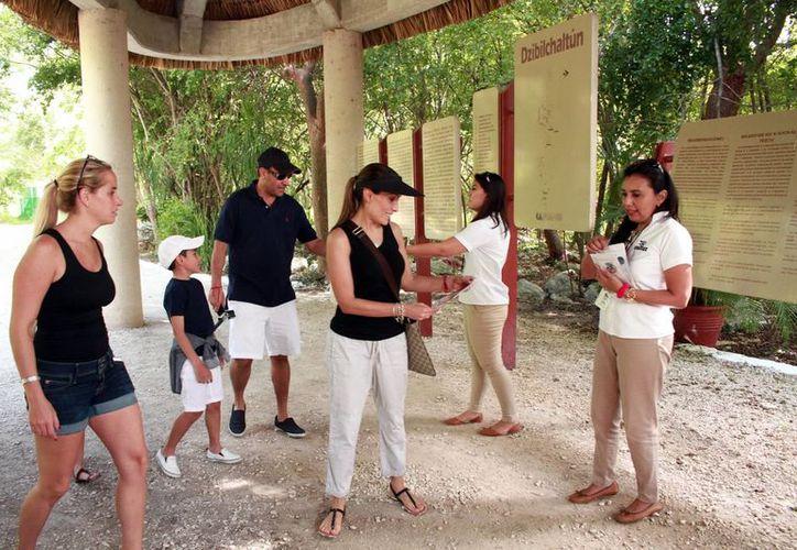 Personal de Cultur agiliza la entrada a los sitios arquelógicos de Yucatán. Anuncian para 2017 remodelaciones en los paradores turísticos. (Milenio Novedades)