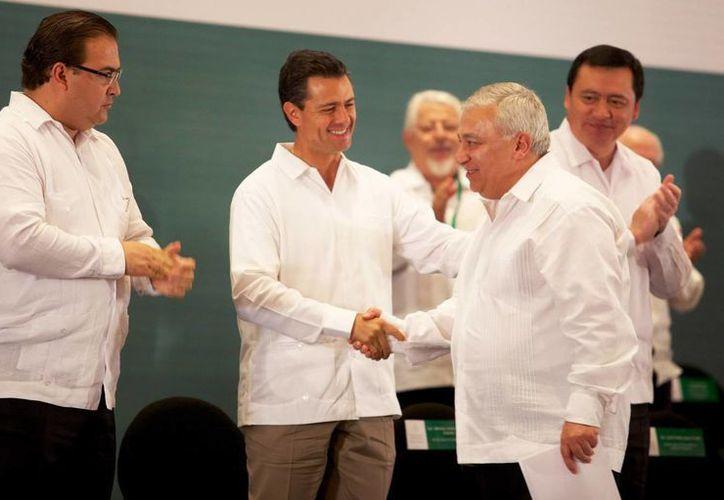 """Enrique Peña Nieto saluda a Emilio Chuayffet en el foro """"México con Educación de Calidad para todos"""", en Veracruz. (Notimex)"""