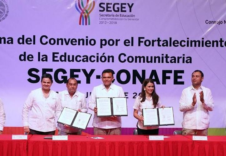 El gobernador Rolando Zapata atestiguó ayer la firma del convenio de fortalecimiento del Programa de Educación Comunitaria, entre el Conafe y la Segey. (Cortesía)
