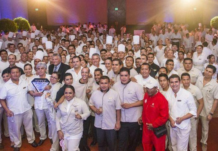 Todo el personal del hotel Grand Velas Riviera Maya se sumó al festejo por la recertificación. (Redacción/SIPSE)