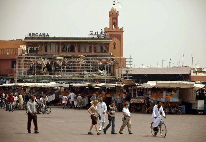 Turistas y marroquíes pasean por los alrededores del Café Argana en la plaza Yemá el Fna de Marraquech, escenario de un atentado terrorista en Marruecos. (Archivo/EFE)