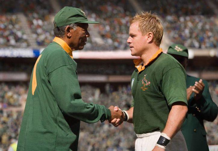 Morgan Freeman y Matt Damon en la escena de la película 'Invictus' que recrea el saludo de Nelson Mandela y Francois Pienaar, capitán de los Springboks, en la histórica final del Mundial de Rugby en Sudáfrica en 1995. (Agencias)