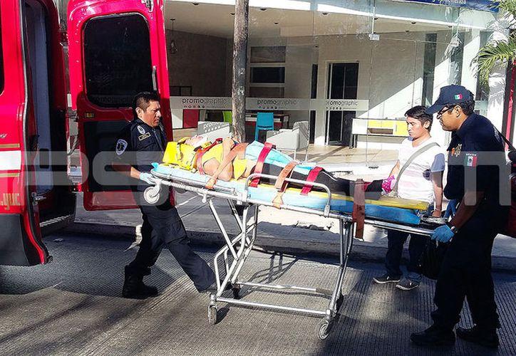 Una mujer requirió hospitalización tras el accidente. (Aldo Pallota/SIPSE)