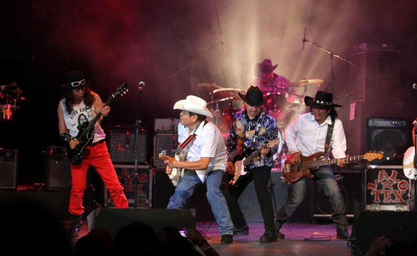 El vocalista y guitarrista del grupo de rock Tex Tex, Everardo Mujica Sánchez, alias Lalo Tex, falleció este lunes. La imagen -utilizada solo con fines ilustrativos- es de un concierto de la banda, en el teatro Blanquita. (NTX/Archivo)