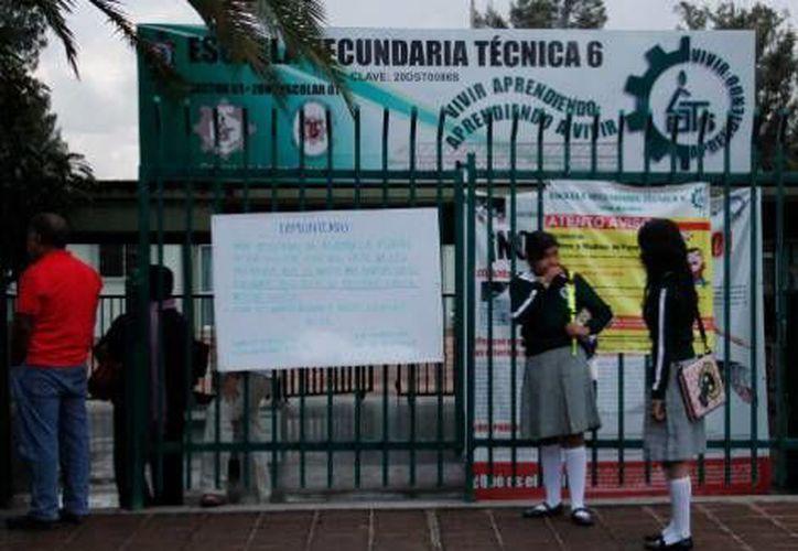 Al llegar los alumnos se encontraron con la notificación sorpresiva de suspensión de clases. (Milenio)