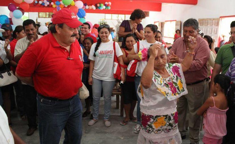 Eduardo Espinosa Abuxapqui aprovechó para bailar con algunos simpatizantes. (Harold Alcocer/SIPSE)