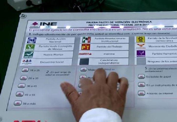 Captura de video donde se muestra cómo se realizaría el llamado 'voto electrónico' durante la prueba piloto que realizará el INE. (YouTube)