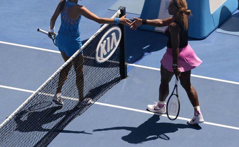 Ivanovic (i) puso fin el domingo al intento de Serena de llevarse un sexto título del Abierto de Australia y su 18o de Grand Slam, con una victoria de 4-6, 6-3, 6-3. (Agencias)