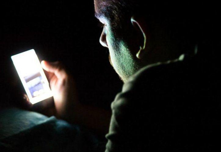Los médicos piden que se usen ambos ojos al utilizar el teléfono móvil en la oscuridad para evitar episodios de ceguera. (upsocl.com)