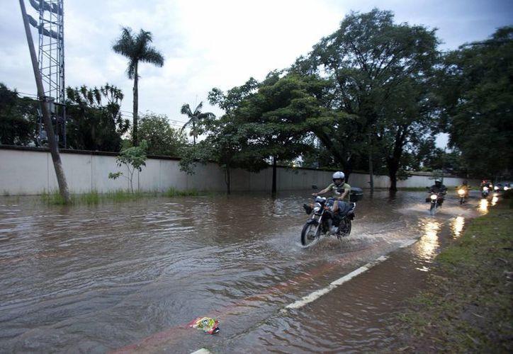 Las aguas también arrastraron vehículos, dejaron un rastro de destrucción a su paso e inundaron varias de las calles de la población. (EFE/Archivo)