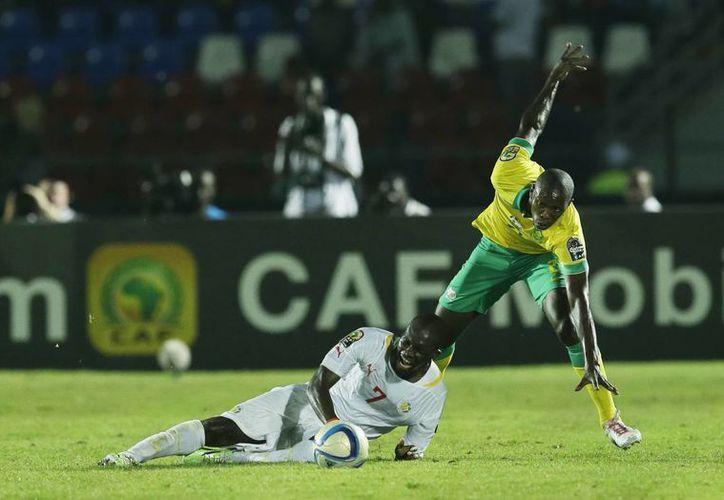 El senegalés Moussa Sow (i) es 'tacleado' por el sudafricano Ayanda Gcaba en partido que terminó 1-1 dentro de la fase de grupos de la Copa Africana. (Foto: AP)