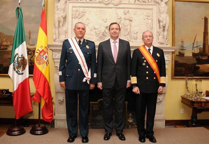 Salvador Cienfuegos y Vidal Soberón recibieron la Gran Cruz por Mérito Militar y Mérito Naval, respectivamente, en la embajada de España en México. (Excélsior)
