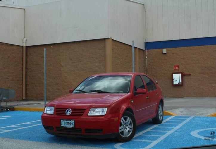 Algunos automovilistas no respetan los cajones azules. (Luis Soto/SIPSE)