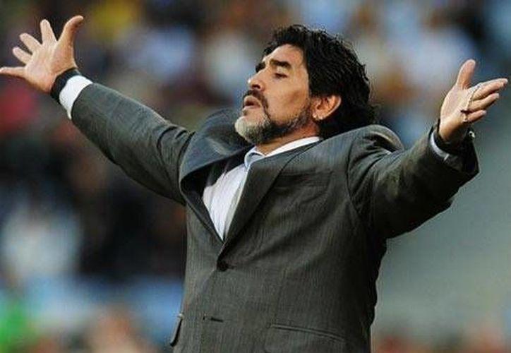 Maradona necesita boletos adicionales a su acreditación para sentarse en el palco. (Foto: AP)