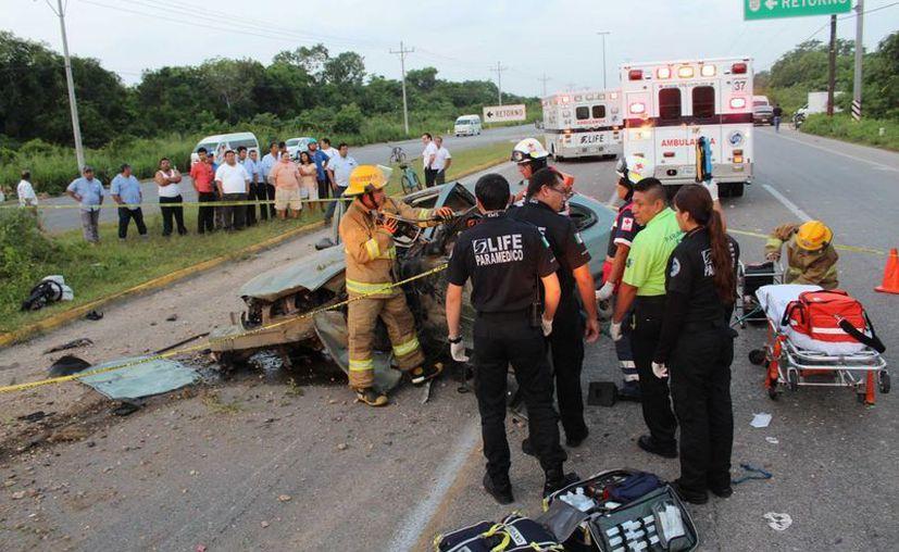 Dos pasajeros de un vehículo murieron cuando el conductor perdió el control y volcó la unidad. (Redacción/SIPSE)