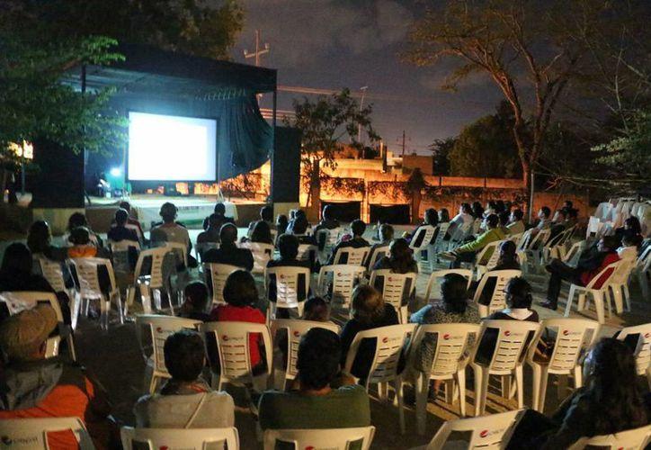 Los viernes proyectan cine gratuitamente en el parque La Ceiba. (Adrián Barreto/SIPSE)