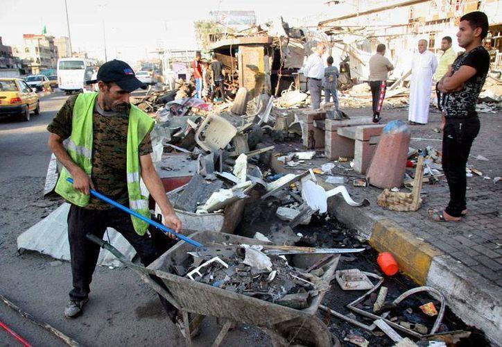 Imagen del lugar donde la explosión de un coche-bomba dejó varios muerto, en Bagdad, ciudad asolada por el intercambio de fuego entre rebeldes yihadistas y el Gobierno. La imagen es de contexto. (Efe)