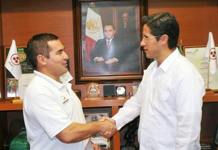 El alcalde entregó el nombramiento a Mario Alberto Alonso Flores. (Cortesía/SIPSE)