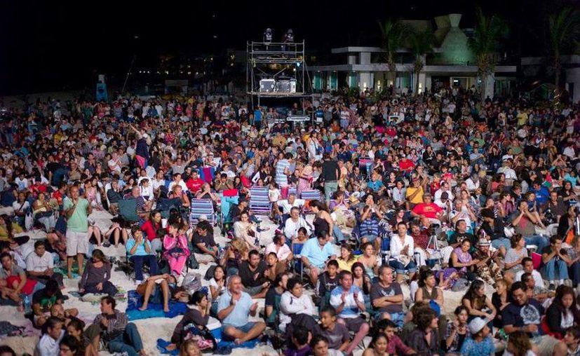 El evento, que dura tres noches, espera albergar a más de 30 mil espectadores en el escenario principal. (Redacción/SIPSE)