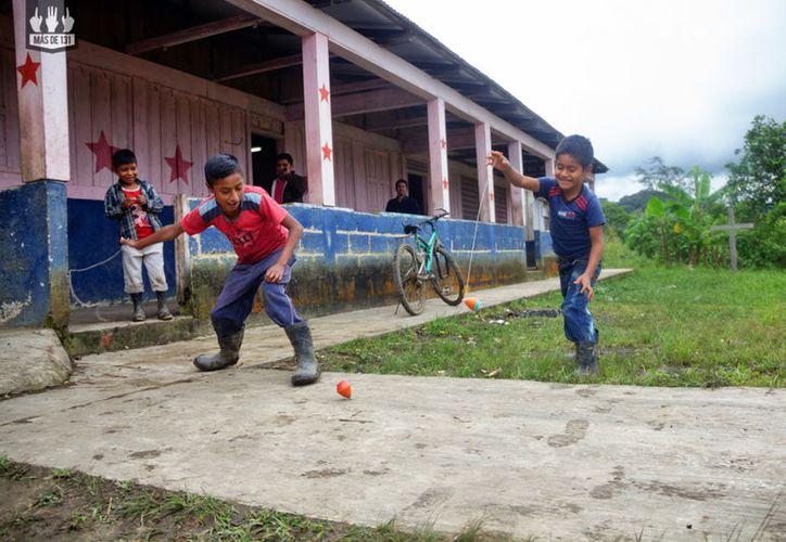 El trompo es uno de los juegos tradicionales que los niños de las comunidades rurales no han olvidado. (Másde131).