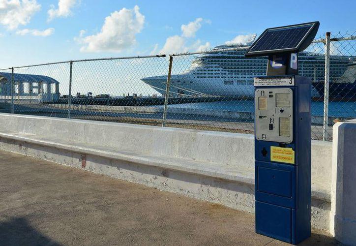 Siguen funcionando los parquímetros instalados en el Malecón de Cozumel. (Julián Miranda/SIPSE)