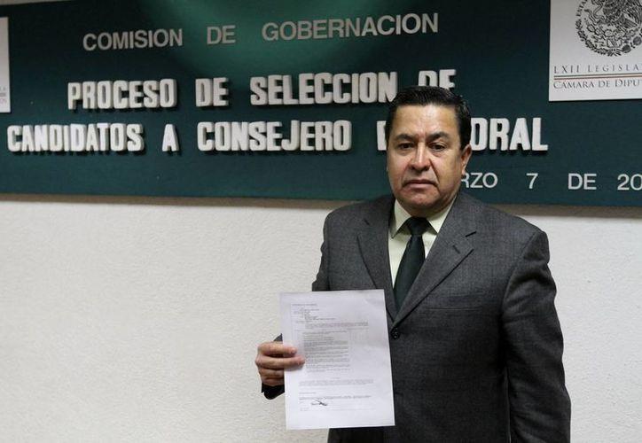 Uno de los aspirantes al completar su registro como candidato a consejero electoral. (Notimex)