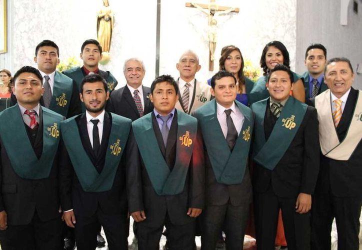 El director del IDEY fungió como padrino de la generación de licenciados en Entrenamiento Deportivo del Instituto Patria. (Milenio Novedades)