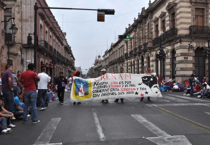 Normalistas durante un plantón en el Centro Histórico de Morelia. (Notimex)
