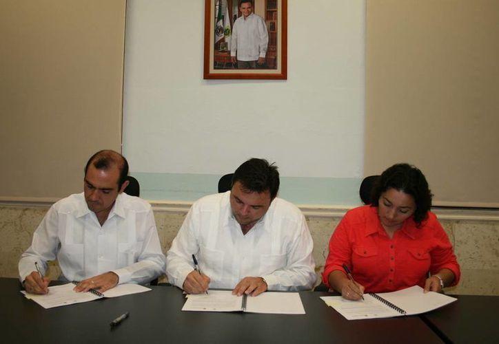 Firmaron el convenio, Felipe Cervera Hernández, secretario de Desarrollo Rural; Roberto Rodríguez Asaf, secretario de Administración y Finanzas, y Lucía Canto Lara, gerente estatal de Conafor. (Cortesía)