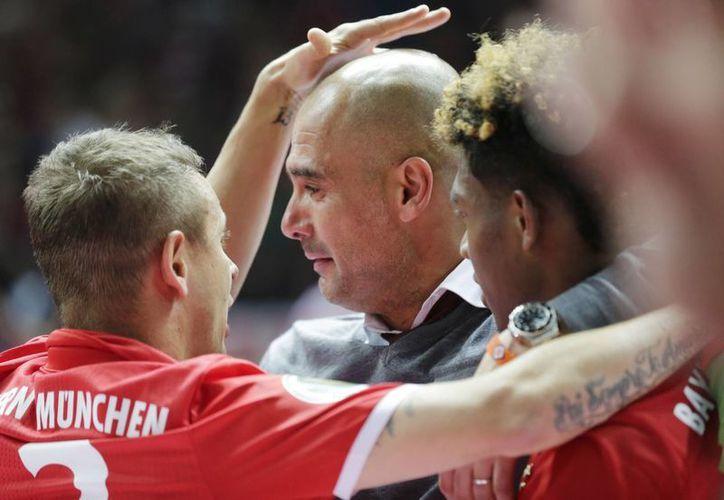 'Pep' Guardiola rompió en llanto tras ganar la Copa de Alemania y conseguir su séptimo y último título con el Bayern Múnich. (AP)