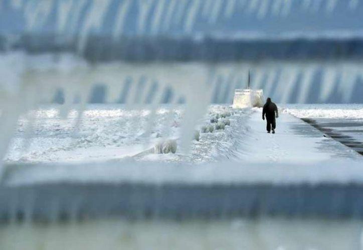Numerosos vehículos se salieron de ruta o chocaron al patinar sobre las vías heladas. (AP)