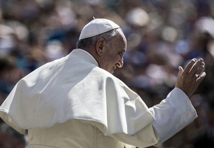 """""""En América Latina hay que estar junto a los que más sufren, pero sin despreciarlos"""" aseguró el Papa. Imagen del Pontífice saluda a los fieles en la Ciudad del Vaticano. (Archivo/EFE)"""
