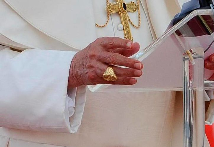 El Anillo del pescador es portado en la mano derecha  por Benedicto XVI. (EFE)
