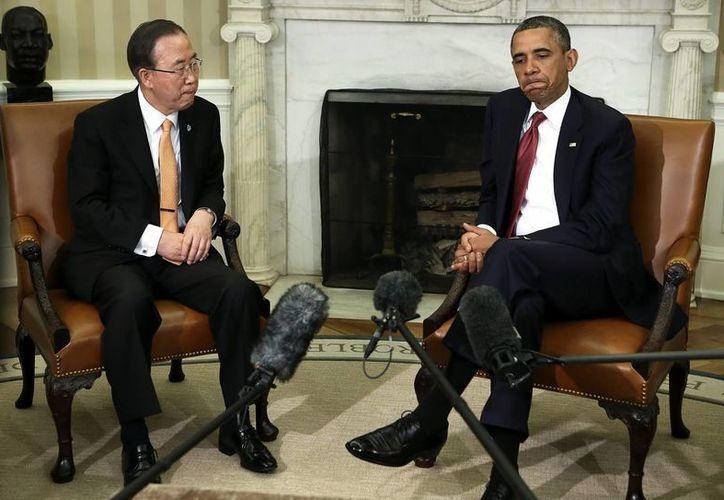 El presidente Barack Obama habla con el secretario general de la ONU, Ban Ki-moon, durante una reunión en la Oficina Oval en la Casa Blanca en Washington. (EFE)