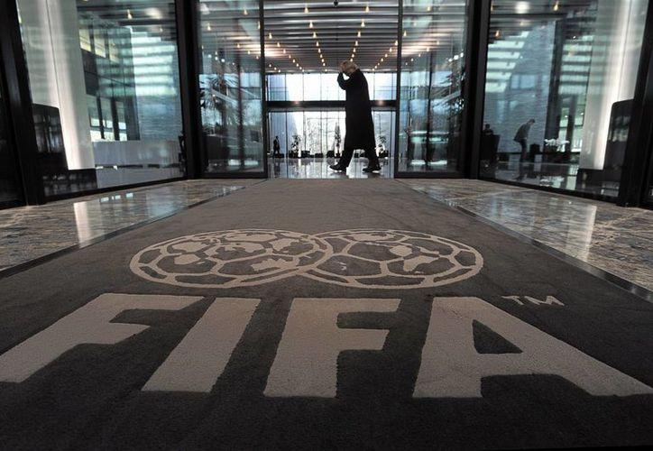 En el marco del escándalo que ha manchado a los altos mandos de la FIFA en varias partes del mundo, este miércoles la misma FIFA, que tiene su sede central en Suiza (foto) entregó información a la justicia de este país. (lmcordoba.com.ar)