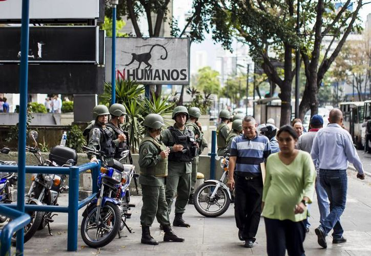 Miembros de la Guardia Nacional Bolivariana vigilan las calles aledañas a la Plaza Altamira, en el municipio Chacao del este de Caracas. (EFE)