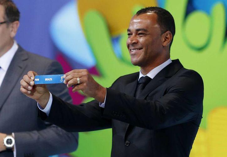 El excampeón mundial Cafú muestra el papelito con el nombre de Brasil (que enfrentará a México) durante el sorteo de grupos del Mundial de Brasil 2014.