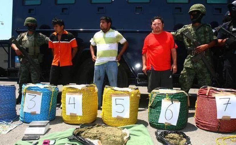 En la imagen, integrantes de la familia Epitacio, detenidos por poseer mariguana. (Milenio Novedades)