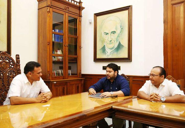 Los hermanos Arellano Hernández, nuevos dueños de Leones de Yucatán, en reunión con el gobernador Rolando Zapata. (Cortesía)