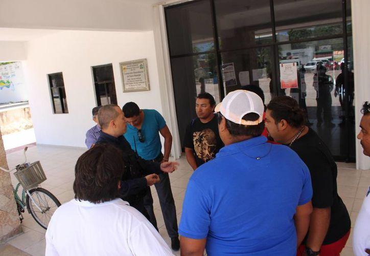 Una comisión nombrada por los pobladores de Akumal se reunió ayer con autoridades municipales de Tulum. (Sara Cauich/SIPSE)