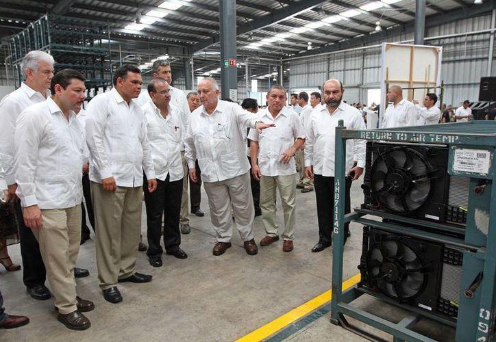 Autoridades federales y estatales recorrieron la empresa dedicada a la fabricación de aires acondicionados automotrices. (Cortesía)