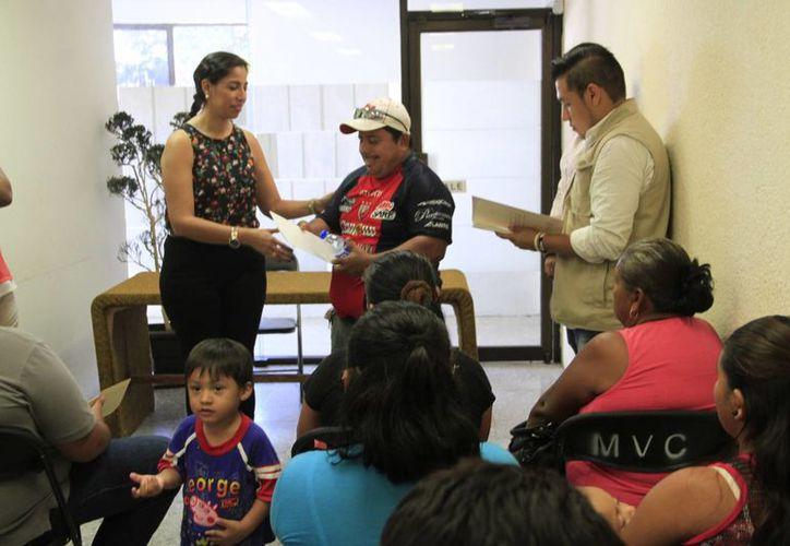 Las personas se inscribieron hace unos meses a los programas de la Sedesol. (Tomás Álvarez/SIPSE)
