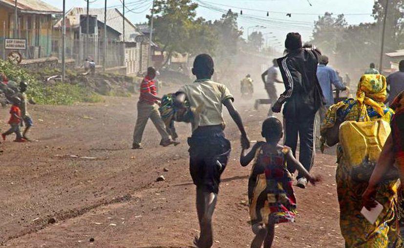 Las Fuerzas Armadas de la República Democrática del Congo (Fardc) abrieron fuego indiscriminadamente con las ametralladoras cuando vieron a combatientes de la milicia, ente ellos varios civiles. Imagen de contexto de gente corriendo luego de un ataque en el Congo. (Melanie Gouby/AP)