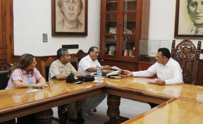 El gobernador Rolando Zapata Bello se reunió este día con integrantes del Comité Organizador de los Festejos del Día de la Marina 2014. (SIPSE)