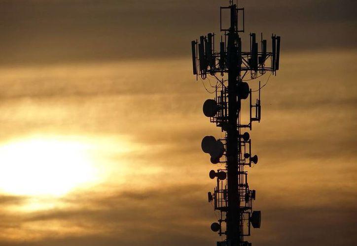La expansión del mercado de telecomunicaciones propicia el surgimiento de empresas 'pirata'. En Yucatán, se cerraron 2 negocios que prestaban ilegalmente servicios de televisión satelital. La imagen, de una antena  de telefonía, está utilizada sólo con  fines ilustrativos. (SIPSE.com)