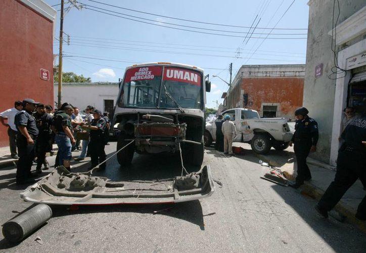 El autobús quedó con la parte delantera destrozada por el choque contra una camioneta de la CFE en la calle 66 por 69 del centro de Mérida. (Milenio Novedades)