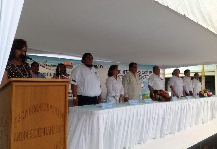 Guadalupe Contreras Castillo en el micrófono dando la bienvenida a los presentes. (Cortesía/SIPSE)