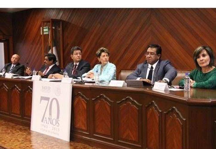 La secretaria de Salud, Mercedes Juan, encabezó la conferencia con Pedro Luis Noble, titular de la SSH. (Milenio)