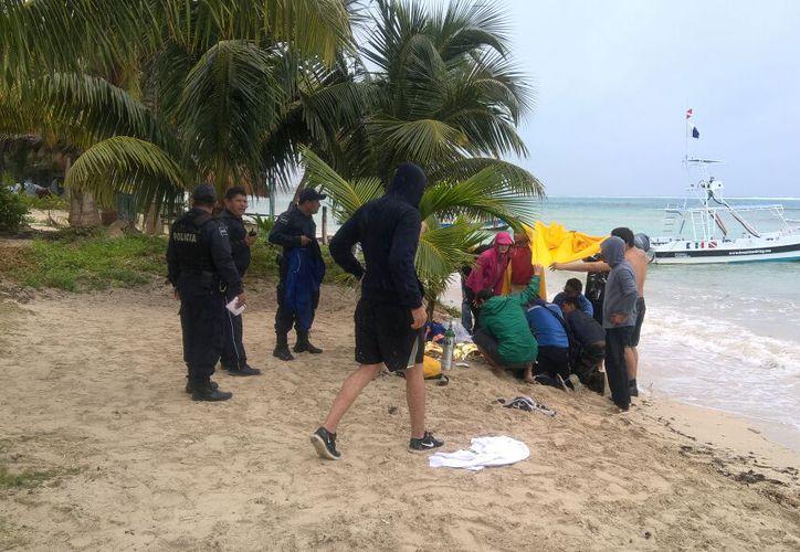 Paramédicos arribaron para prestarle atención al turista. (Redacción)