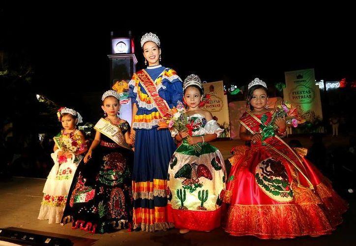 Las participantes modelaron diferentes vestimentas, todas alusivas al mes patrio. (Redacción/SIPSE)